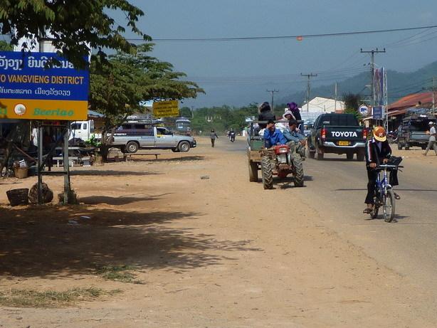 市場の前の道 ラオスはトラクターが大活躍_サイズ変更