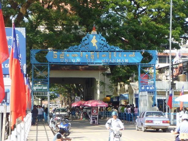 ここから先はミャンマー タチレクの国境ゲート_サイズ変更
