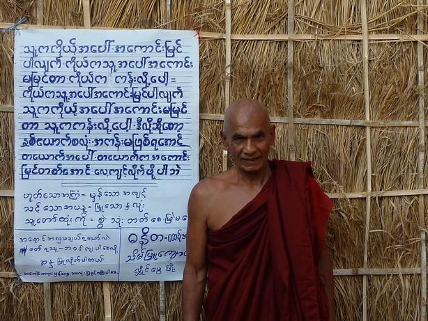 ミャンマーの僧侶2 展示室の前で_サイズ変更