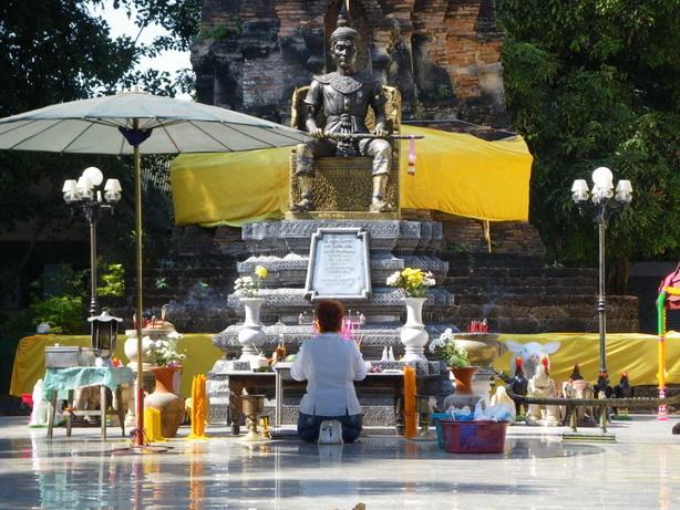 ワット・ンガーム・ムアンの国王像2_サイズ変更