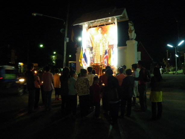 国王誕生日を祝う人たち 近くの寺にて_サイズ変更