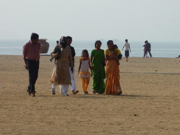 ビーチのインド人家族_サイズ変更