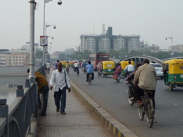 橋の向こうは新市街_サイズ変更
