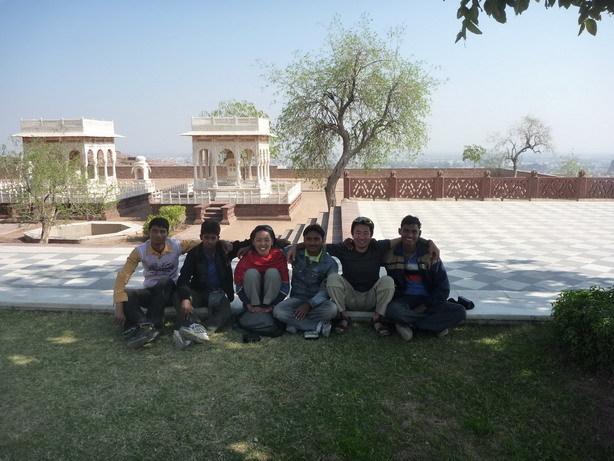 コルカタの大学生と記念撮影_サイズ変更