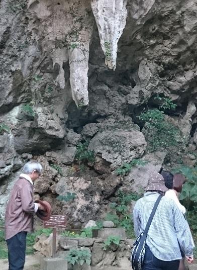 鍾乳石から滴り落ちる水を壺に受ける