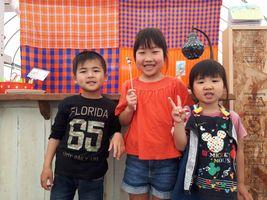 【写真】プレゼントのイチゴちゃんガーデンピックを持って笑顔のまほちゃんと従兄妹たち