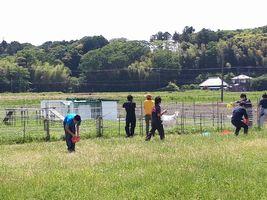 【写真】いちごの仕事の後に、アランとポールと遊ぶ高校生たち