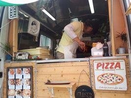 【写真】プリマヴェーラキッチンカー内の窯でピザを焼いている様子