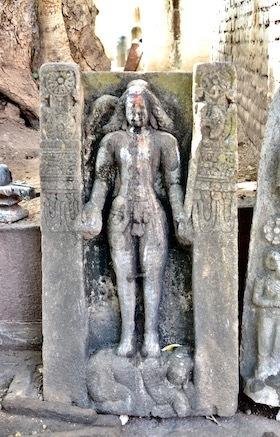 5mahakuta入口左の寺院8と彫像
