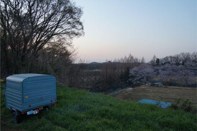 春の磯沼牧場とピアジオベスパカー・アペ