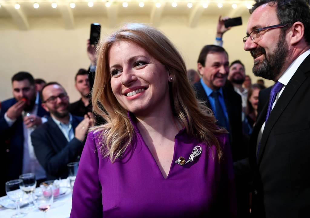 wor1904220001-p1_3月30日、スロバキアの首都ブラチスラバで大統領選決選投票の投票結果を待つチャプトバ氏(ロイター)