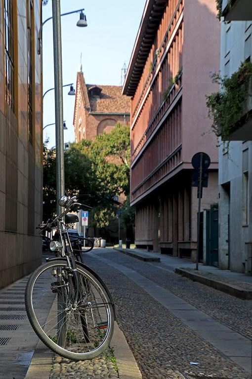 サン・シンプリチャーニ通り 自転車と教会