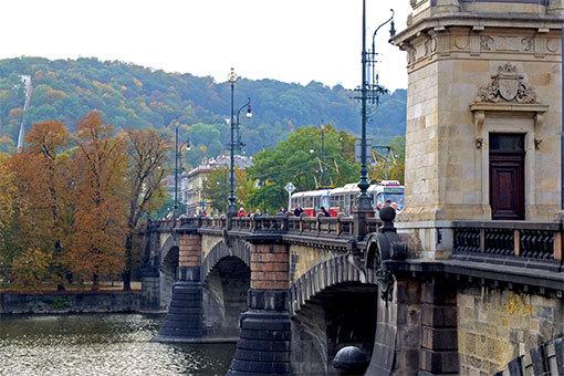 レギー橋とトラムと紅葉