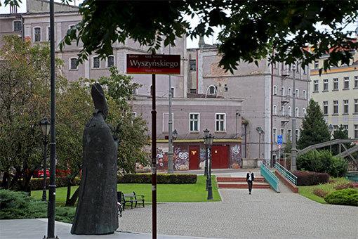公園のボレスワフ・コミネック像