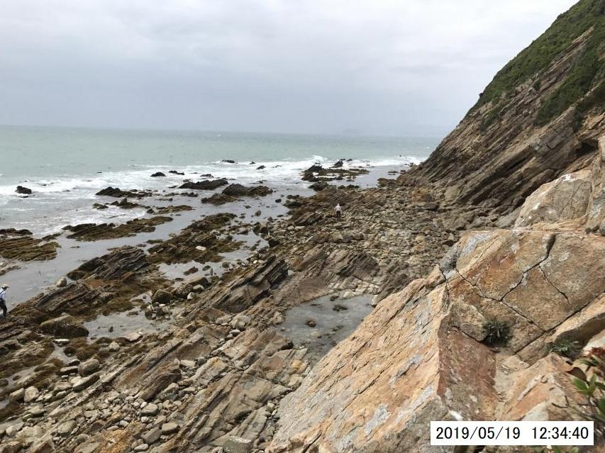 ドローンのかわりに、海食崖を登って磯を俯瞰