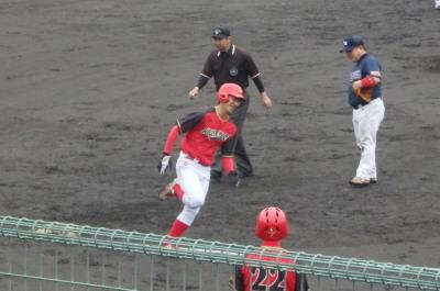 P3210313ハウスプラン熊本3回表2死から3番が右翼越え本塁打を放つ