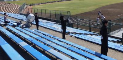 P4210865 熊大応援団 応援席には観戦者一人のみ バックネット裏には熊大の応援者らしき人値が数十人おられたんですが、三塁側で
