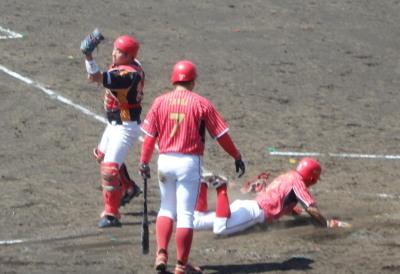 P5031131佐川急便5回表一走が二盗、捕が二塁へ悪送球で三進、中継がもたもたする間に一挙に生還