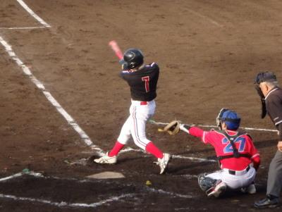 P5081391 上村内科 3回裏2死二、三塁から2番が右越え2点二塁打を放つ