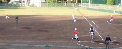 P5172103 伊勢造園投ゴロ一塁悪送球で二塁へ向かう打者走者と二塁から生還する1番