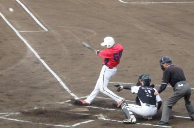 P5172107伊勢造園続く3番が中越え二塁打を放ち1点追加