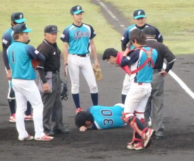 P5212236 FAIR一塁手負傷で試合中断
