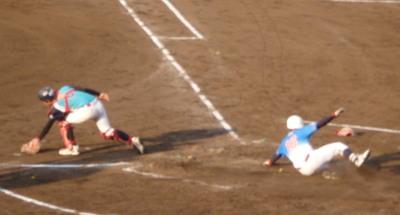 P5232464 右翼から返球乱れの間に三塁を回って一気にホームへ滑り込んだ