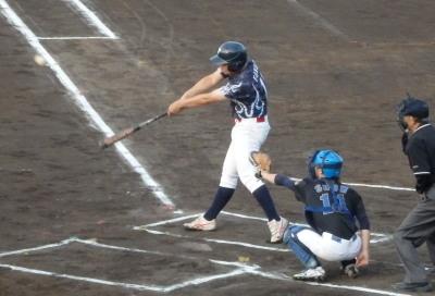 P5252650次の3番が左中間二塁打を放ち1点先制