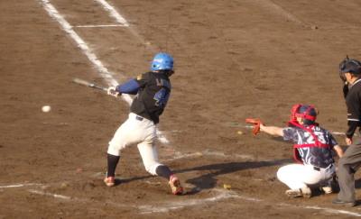 P5252715次の4番は二ゴロ、二塁手がこのボールをハンブル後本塁へ送球するも間に合わず4対にと