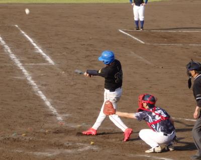 P5252764続く3番は内野フライを落球、そのボールを一塁へ送球するもそれる間に