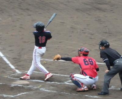 P5272808 上村内科3回表1死一、二塁から2番が右越えエンタイトル二塁打を放ち、1対1の同点とする