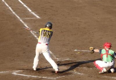 P5303097 次の7番桂は二ゴロエラーとも思える二ゴロ内野安打で一、二塁