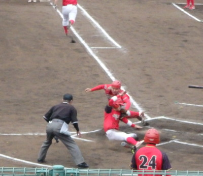 P5313138 4番の二ゴロで三走がホームを突くが二塁からの送球よくホームインならず