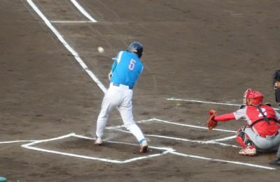 P6113636 ヒューマン1回表2死一塁から4番が右前打を放ち一、二塁と先制の