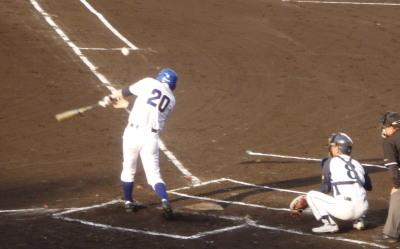 P6174018 続く6番が右翼線三塁打を放ち2対3と1点差