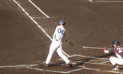 P6174032 3回表無死一塁から4番が右中間三塁打を放ち1点勝越し