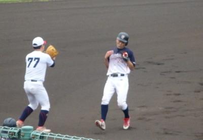 P61840831回表県庁紳士トップバッターが右中間三塁打を放つ
