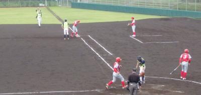 P6194239 一ゴロエラーにしたらいいのかライト前ヒットにすればいいかあいまい、一塁手は突っ込み過ぎてボールにタイミングが逢わなかったに見えたがその間二走が一気に生還し1点追加