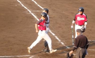 P6204355Nexus2回裏1死三塁から1番の時、スクイズ?空振り、飛び出した三走を刺そうと三塁へ送球するも悪送球となり三走生還し、4対4