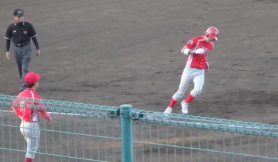 P6244677 トウヤ1回裏先頭打者が右越え本塁打を放つ