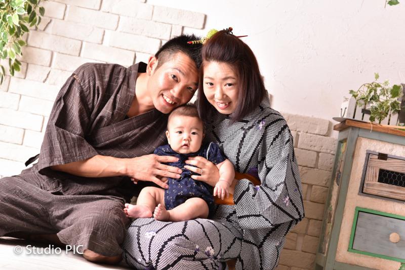 和装で家族写真