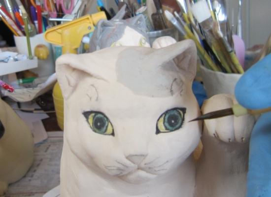 可愛い招き猫 目を描く