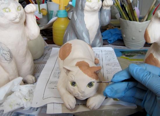 陶器の猫 目を描く