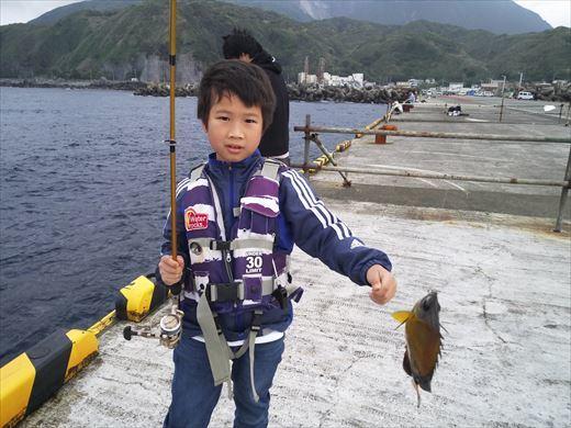 神津島港で釣り (1)