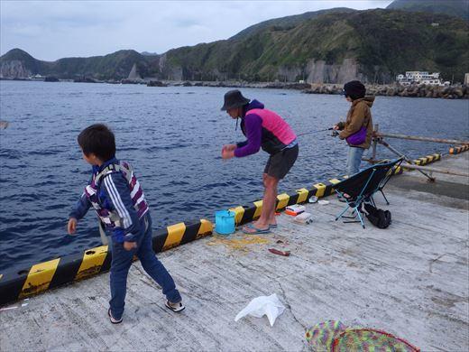 神津島港で釣り (25)