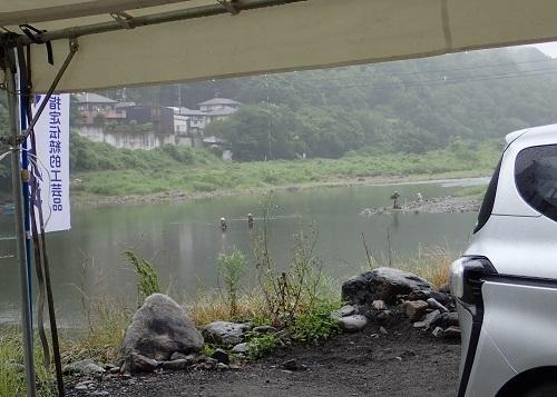 ④テント本部から見た釣り人94kb