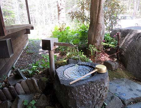 0526暖簾脇の湧き水