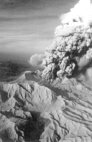Vertical_eruption_at_Pinatubo,_1991