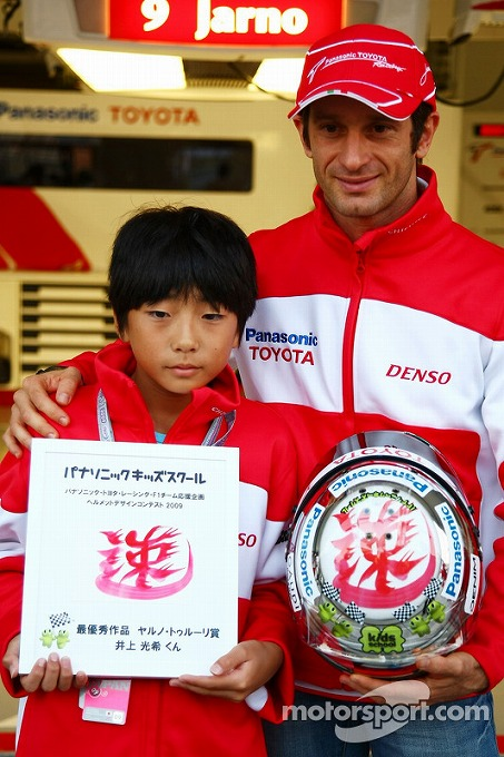 f1-japanese-gp-2009-jarno-trulli-toyota-f1-team-with-mitsuki-inoue-who-won-a-competition-t.jpg
