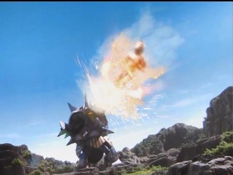 リフレクト星人に、メビウススピンキック炸裂!